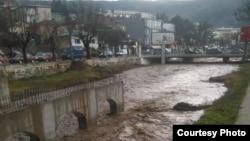 Реката Отиња се излеа од коритото во Штип. Фото: Радио Канал 77