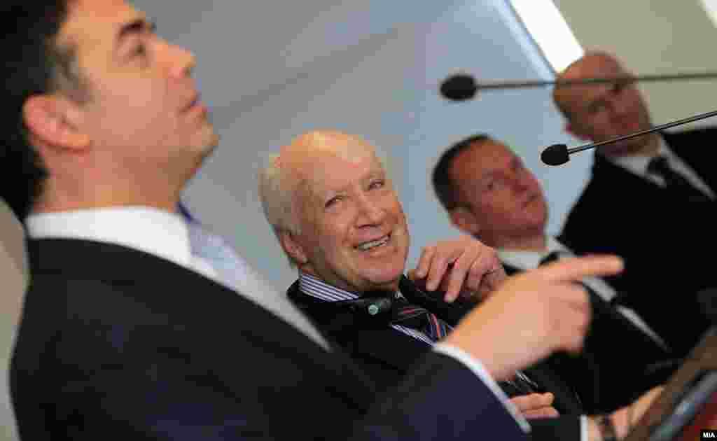МАКЕДОНИЈА - Министерот за надворешни работи Никола Димитров за претстојната средба во Виена со неговиот грчки колега Никос Коѕијас и со медијаторот на ОН, Метју Нимиц за спорот за името изјави дека духот и традицијата на градот можеби ќе им помогне да го поместат проблемот напред и да има нешто конкретно и видливо во насока на надминување на прашањето.