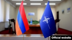 Флаги Армении и НАТО