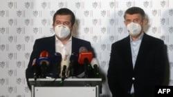 Чех премьер-министри Андрей Бабиш (оңдо) жана өлкөнүн ички иштер жана тышкы иштер министри Ян Гамачек. Прага шаары. 2021-жылдын 17-апрели.