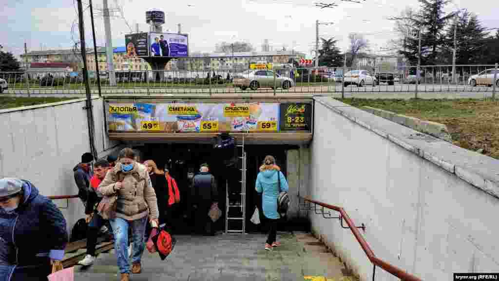 Сходи, що ведуть у підземний перехід, з боку вулиці Куйбишева