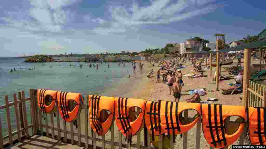Довольно высокая температура морской воды с +21-23 градусами позволяет гостям города и самим евпаторийцам довольно комфортно чувствовать себя на здешних пляжах