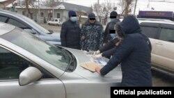 Момент задержания брата депутата. Фото ГКНБ.