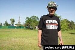 Прихильник Лукашенка у майці Тихановського