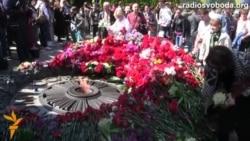 Суперечки і квіти біля вічного вогню в Києві