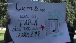 """Marșul """"Marea Săpuneală"""" pentru condiţii minime de igienă în şcoli"""
