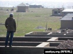 Мужчина стоит посреди строящегося дома в микрорайоне Северные Дачи. Шымкент, 26 марта 2014 года.