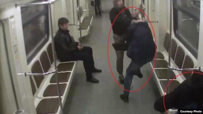 Нападение на иммигранта в московском метро. 2016 год, кадр из видеозаписи с камеры в вагоне