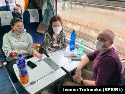 Українські пасажири потягу, що вирушає до польского кордону. Справа наліво: Віктор Захарченко, Євгенія Ярова, Прага, 19 березня 2020 року
