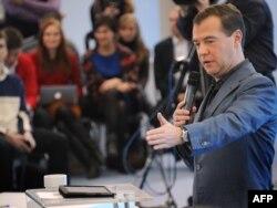 Дмитрий Медведев блоггерлар белән очрашуда