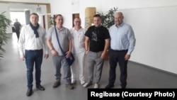 Олег Федорчук та Віталій Легуша з лікарем (у центрі) та головою організації Regibase Гинеком Чехом (справа)