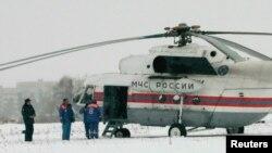 Самолет МЧС России совершил посадку близ колонии, в которой сидел Михаил Ходорковский. Город Сегежа, Республика Карелия, Россия, 20 декабря 2013 года.