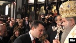 Nikola Gruevski ljubi krst iz ruku patrijarha MPC