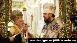 Вселенський патріарх Варфоломій (л) вручає сувій із томосом главі УПЦ митрополитові Епіфанію (п), Фанар, Стамбул, 6 січня 2019 року