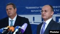 Հունաստանի և Հայաստանի պաշտպանության նախարարներ Պանայոտիս Կամմենոսը (ձ) և Սեյրան Օհանյանը համատեղ մամուլի ասուլիսում: