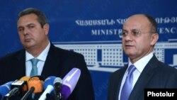 Министры обороны Армении и Греции - Сейран Оганян (справа) и Панайотис Камменос - во время совместной пресс-конференции, Ереван, 16 декабря 2015 г.