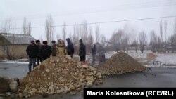 Қырғызстандағы жолды жауып тастаған наразылық шарасы. Ыстықкөл, 4 ақпан 2014 жыл. (Көрнекі сурет).