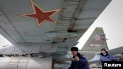"""Ставрополь крайындагы аскердик машыгуу учурунда аскерлер """"Су-25"""" истребителин ракета менен дүрмөттөшүүдө. 12-март 2015"""
