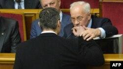 """Лидер оппозиционной партии """"УДАР"""" Виталий Кличко разговаривает с премьер-министром Украины Николаем Азаровым. Киев, 3 декабря 2013 года."""