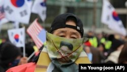 Участник протеста против сближения Сеула с Пхеньяном во время демонстрации. 10 февраля 2018 года.