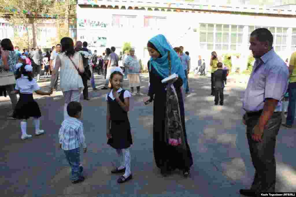 Родители привели дочь в школу. Алматы, 1 сентября 2014 года.