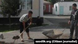 «Озодлик» и ранее сообщал о том, что учителей школ в Узбекистане часто привлекают к работам по благоустройству и уборке территорий. Учителя Ферганской областной специализированной школы-интерната для незрячих детей занимаются уборкой территории учебного заведения.