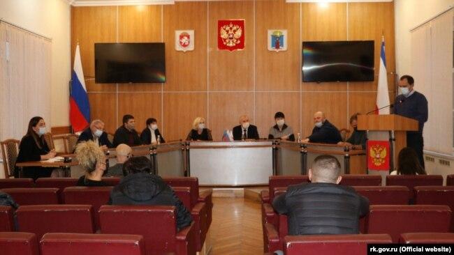 Глава российской администрации Феодосии Сергей Бовтуненко на встрече с предпринимателями, пострадавшими от пожара на рынке в Феодосии 31 октября 2020 года, 21 ноября 2020 года