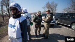 Наблюдатели ОБСЕ и российские офицеры СЦКК в Донбассе (архивное фото).