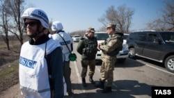 Представники місії ОБСЄ, українські і російські офіцери зі Спільного центру контролю та координації у селищі Широкине, кінець березня 2015 року