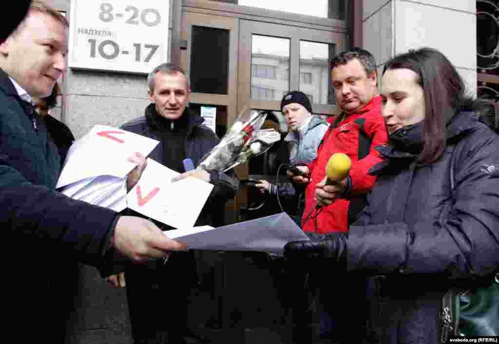 Уладзімер Палажанка, Вольга Някляева і Марына Фядута прыехалі да Галоўпаштампу, каб атрымаць віншавальныя лісты