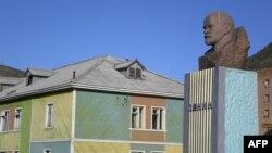 Barentsburqda Leninin büstü