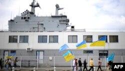 Дэманстрацыя ўкраінцаў і крымскіх татараў каля аднаго караблёў, якія будуюцца ў Францыі. 1 чэрвеня 2014 году.