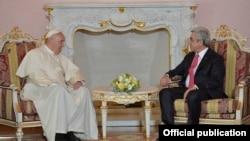 Президент Армении Серж Саргсян и Папа Римский Франциск. Ереван, 24 июня 2016 г.