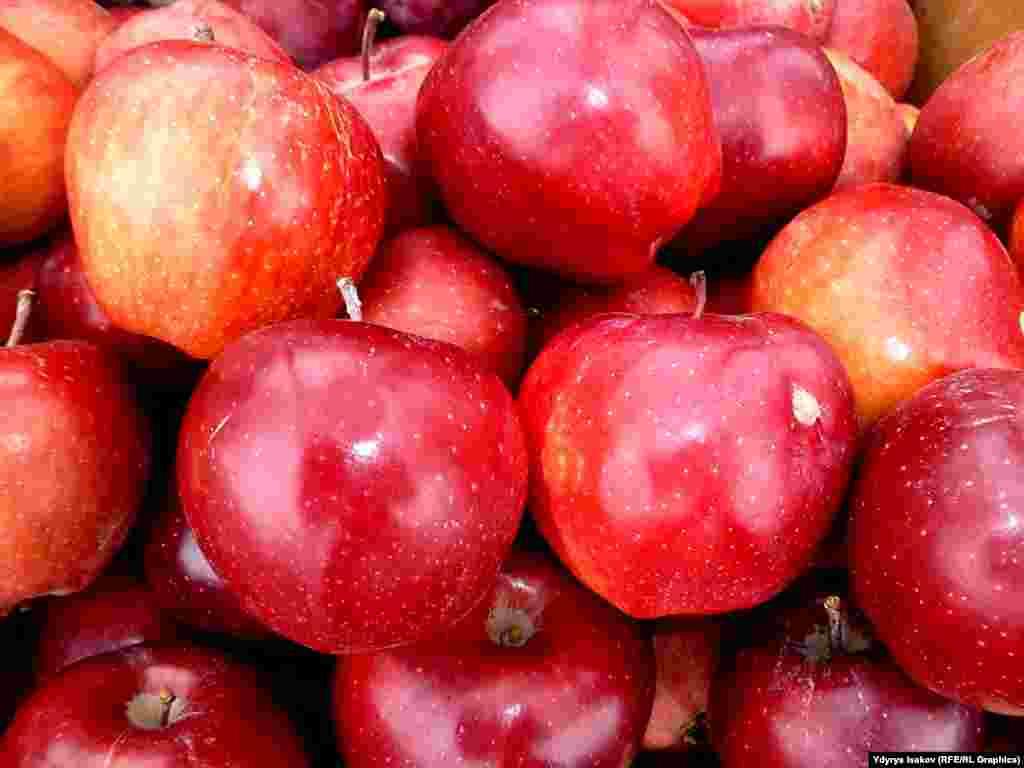 В зависимости от сорта яблок ведро стоит от 100 до 150 сомов. Продавцы в день зарабатывают от 200 сомов до 5 тысяч сомов.