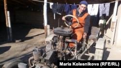 Бақтыбек Күпешов ескі көліктердің бөлшектерінен құрастырған трактор. Ақсу ауылы, Қырғызстан.