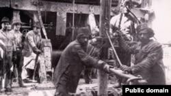 Иранци вадат нафта, слика од 1910 година