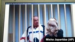 Сергей Скрипаль беседует с адвокатом (архивный снимок)
