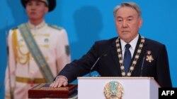 Қазақстан президенті Нұрсұлтан Назарбаев ант қабылдап тұр. Астана, 29 сәуір 2015 жыл.