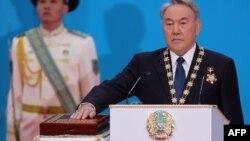 Нұрсұлтан Назарбаев Қазақстан президенті қызметіне қайта кірісетін кезінде конституцияға қолын қойып ант қабылдап тұр. Астана, 29 сәуір 2015 жыл.