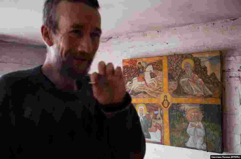 Майстерня Терентьєва. На задньому плані – ікона з вибраними святими, написана на зшитому полотні. Ікони художник не продає, картини зрідка купують давні знайомі. Грошей на нові полотна, фарби та пензлі, як правило, немає.