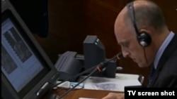 Svjedok Higs pregledava ostatke granate iz incidenta Markale 1