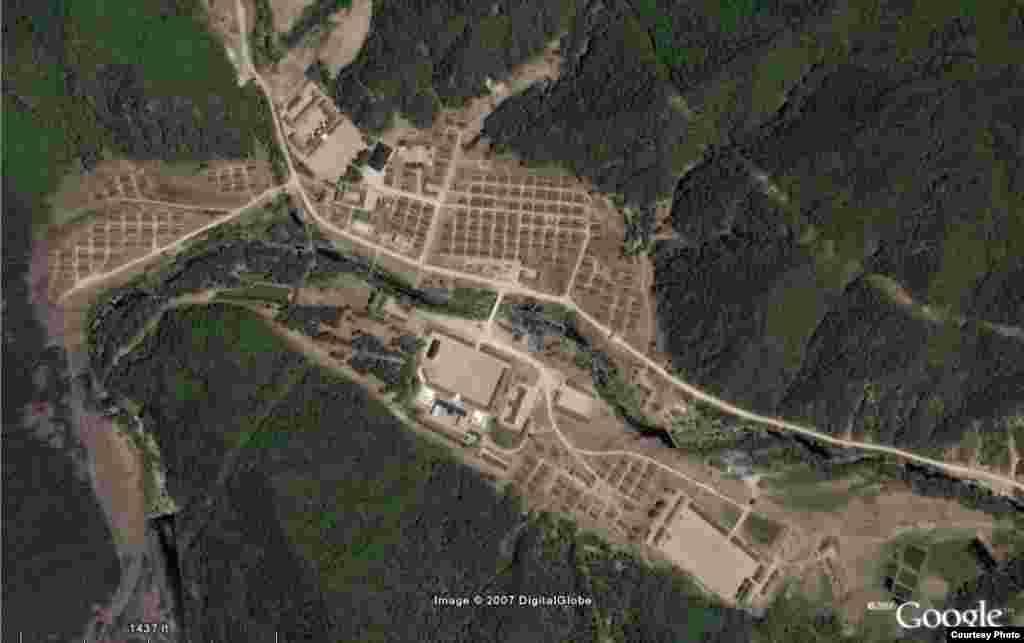 Один из объектов лагеря № 16 с близкого расстояния. В 2006 году заключенные лагеря предприняли попытку массового побега. Но живых свидетелей этого нет.