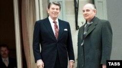Ronald Reagan və Mikhail Gorbachev