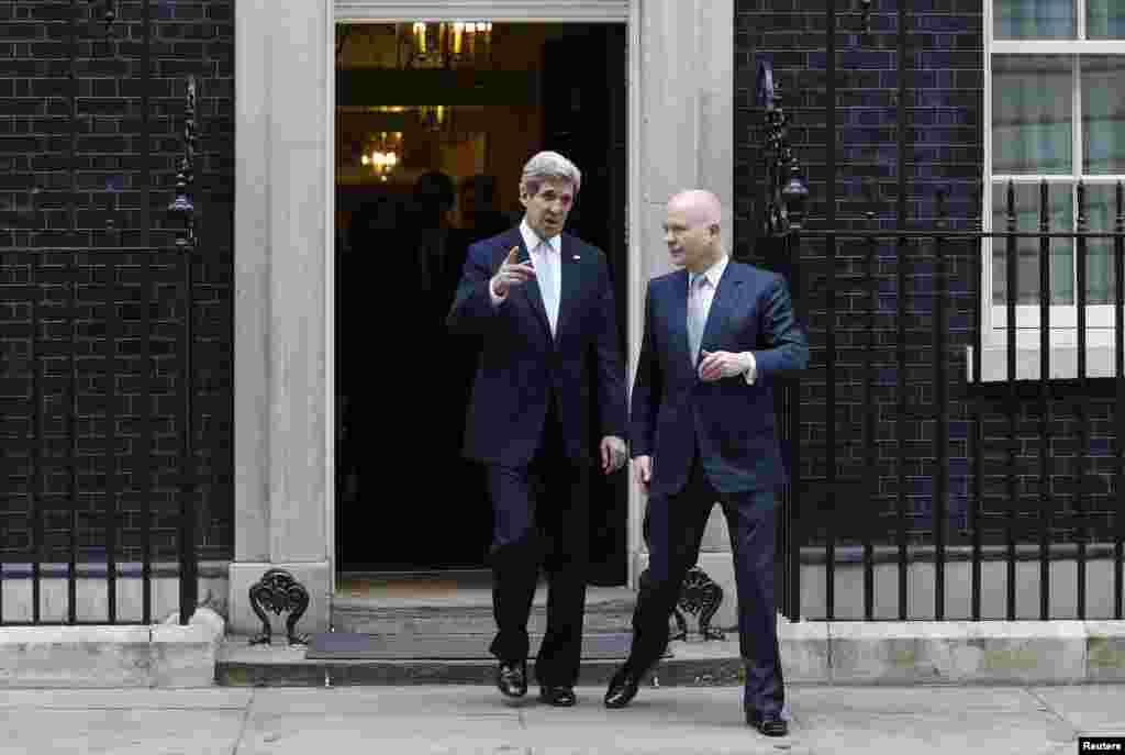 АҚШ мемлекеттік хатшысы Джон Керри (сол жақта) мен Ұлыбританияның сыртқы істер министрі Уильям Хейг. Бұл Джон Керридің мемлекеттік хатшы ретінде шетелге жасаған алғашқы сапары. Лондон, (Reuters/Suzanne Plunkett)