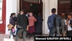 Узбекистанские студенты стоят в очереди, чтобы забрать свои документы из Ошского государственного университета. Фото Шерзода Юсупова.