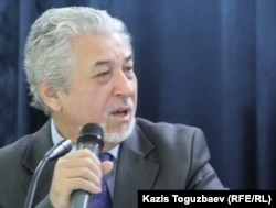 Диссидент Хасен Кожа-Ахмет выступает на встрече, организованной в алматинской гимназии № 148, с участниками Декабрьских событий 1986 года. Алматы, 24 ноября 2016 года.