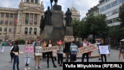Участники акции солидарности с Юлией Цветковой на Вацлавской площади в Праге, 18 июля 2020