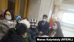 Алматы қаласының әкімі Бақытжан Сағынтаевпен кездесуді талап еткен аналар ішке енуге тырысып еді, оларды турникеттен өткізбеді. 5 наурыз 2021 жыл.