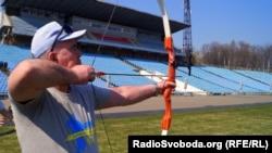 Валерій Фісун стріляє з лука на спартакіаді учасників АТО з інвалідністю у Дніпрі