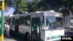 Indi 1-nji belgili trolleýbus marşruty boýunça 28-nji belgili awtobuslar gatnar.